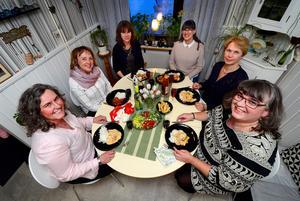 Tjejgänget firar till sommaren 25-årsjubileum för sina gemensamma middagar. Från vänster är det Ulrica Falk, Berit Engberg, Lena Ödlund, Anna Lönneborg, Lena Strömberg och Hedvig Rankila.