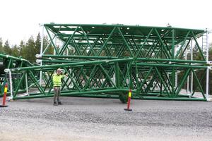 Den stora kranen som ska sätta dit maskinhuset  ska monteras ihop och sedan resas. Den är 120 meter hög och väger mellan 400-500 ton. Det krävdes 40 lastbilstransporter för att få hit den.