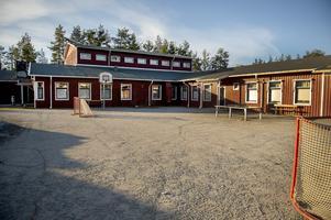 Politikernas forcerade beslut att lägga ner Alby skola är ännu i färskt minne bland många föräldrar väster om Ånge.