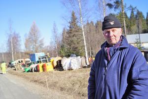 Lennart Haraldsson är ingen bråkstake, men har reagerat på hur man olovligt använder hans äng som ställplats för fibernätsbygge i byn.