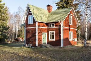 Fritidshus på Sollerön med två öppna spisar och en kakelugn. Foto: Andreas Timfält