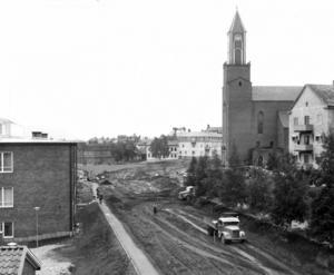 Den här bilden visar hur Rådhusgatan breddades och byggdes om 1954. Stora kyrkan byggdes 1940 och de flesta andra byggnader som syns på bilden är sig rätt lika i dag.