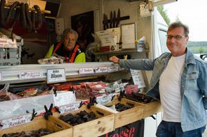 Lördagen var en bra marknadsdag för Bengt-Erik Spjälle som säljer korv och kött. Här med Joakim Blomkvist.