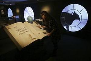 En anställd på British Library poserar i utställningen
