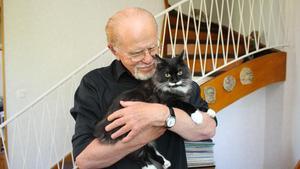 När Sune Alm kopplar bort politiken blir det bland annat till förmån för frimärken, resor, litteratur och att mysa med katten Kissen.