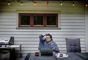 Pelle sitter gärna och skriver när han är i sitt sommartorp.