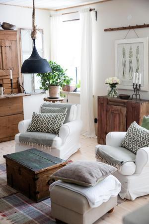 Tapeterna har inte kommit upp i vardagsrummet, än. I väntan på dem har Helena målat vitt. Fåtöljerna är trotjänare från Ikea.