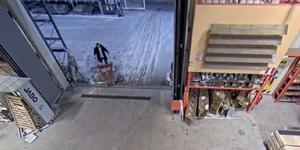 Misstänkta tjuven går in igen. Kundvagnen är tom. (Från  polisens förundersökning. Stillbild från övervakningskamera. )
