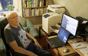 I arbetsrummet tillbringar Sven Erik många av dagens timmar. På sajten publicerar han blogginlägg, vetenskapliga texter och forskning om cancer och alternativa behandlingsmetoder. Där pågår också en ständig dialog med läsarna.