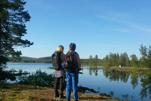 Längs lederna finns många vackra platser att stanna till på. Här har Ingalill Halvarsson och Annie Nilsson stannat till vid dammen intill Lossjön. Foto: Eli Hynne