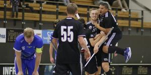 Sala Silverstadens Elias Cederfeldt gjorde 5-4 i slutet av matchen och gratuleras av Gabriel Davidson.