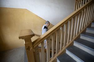 Svärtan från nävar som greppat räcket på väg ner eller upp för trappan finns fortfarande kvar.