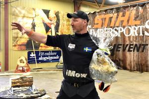 Hans-Ove Hansson fick inne i hans lokal en gåva från näringslivskontoret i Orsa. Detta eftersom han ställde upp under deras företagarvecka.