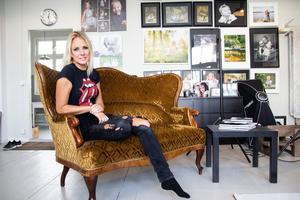 Maria G Nilsson i sin fotoateljé.