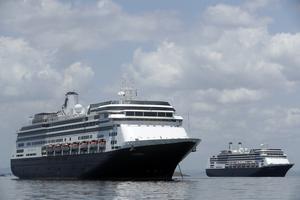 På lördagen kom beskedet att en svensk man i 70-årsåldern avlidit ombord på kryssningsfartyget Zaandam (till vänster i bild) som befinner sig utanför Panama. Mannen är hemmahörande i Svealand.