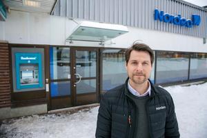 Anders Lindell säger att det är för få kunder som vill göra sina ärenden på bankkontoret i Leksand.