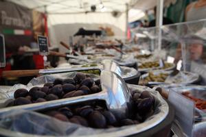 Massor av oliver och soltorkade tomater.