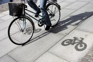 Rullar på. Att skapa en bra cykelpolitik är ekonomiskt klokt samtidigt som det gynnar folkhälsa och miljö. Självfallet finns tillfällen då andra transportmedel är lämpligare, men det viktiga är att det skall vara möjligt, enkelt och attraktivt att använda cykeln, skriver Christian Juul.