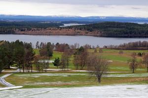Den här vyn över Frösö golfbana kan bli realiteten för fyra presumtiva villaägare. Golfklubben vill stycka av mark ovanför 18:e hålets utslagsplats och kommunen är försiktigt positiva.