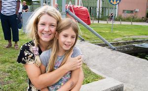 """Charlotta Swan med dottern Alicia hejade på i ankracet. De tyckte både att det är kul och komma ut och träffa folk de känner igen. """"Vi vet att vi inte vann, men hoppas på ett andra pris"""