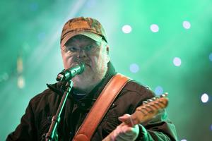 Kalle Moraeus spelade både gitarr och fiol.