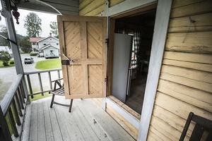 Observera de höga trösklarna vid dörren, de var för att inte råttor och andra skadedjur skulle komma in i huset.