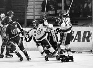 Mäkitalo måljublar efter ett mål mot Mats Waltins Djurgården, november 1981. Foto: Bildbyrån.