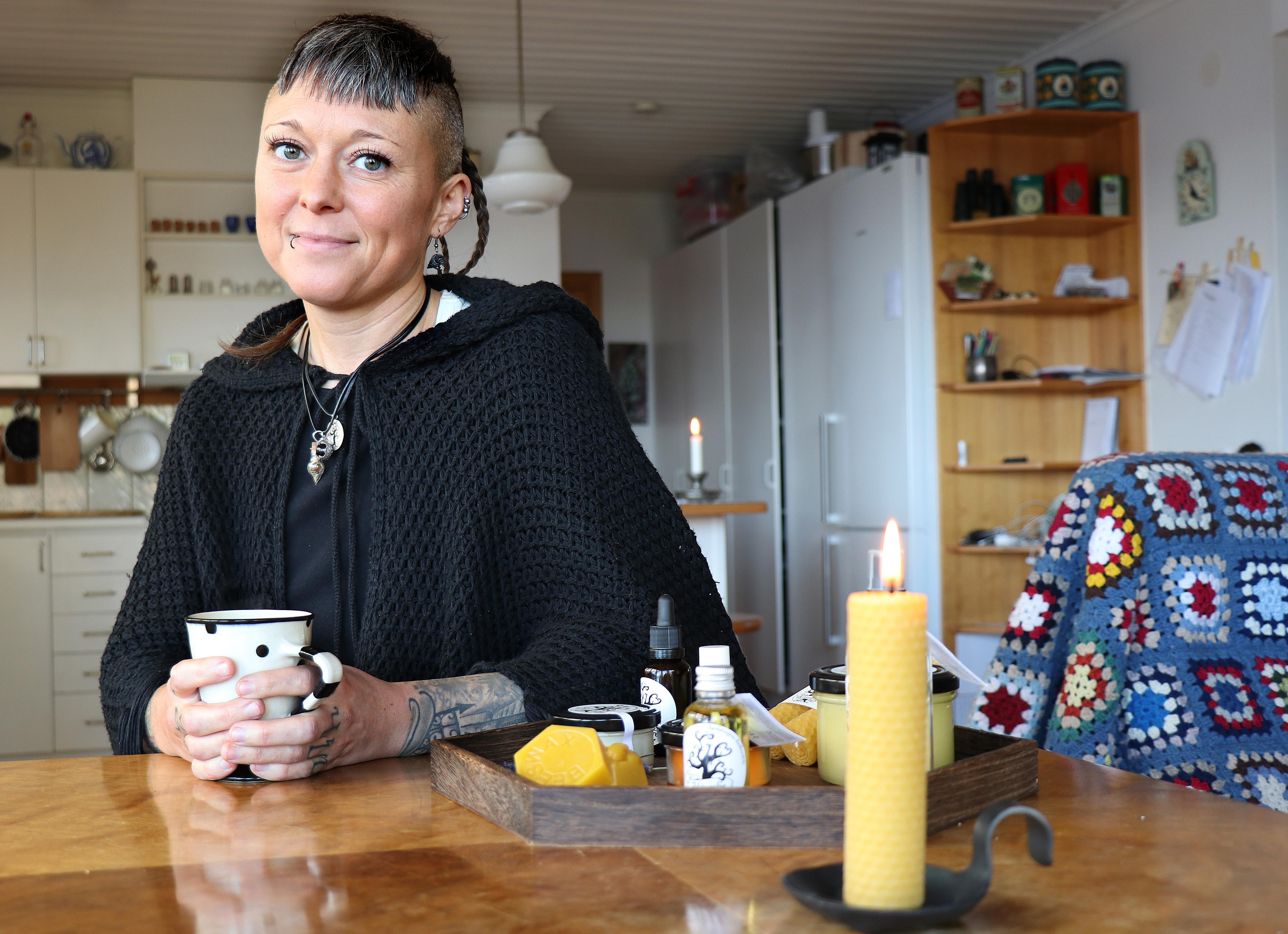 Emma Kronborg med några av sina egentillverkade hudvårdsprodukter. Hon köper in råvaror som hon tillreder, förpackar och etiketterar själv.