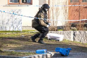 Två sprängningar inträffade i anslutning till en byggnad i stadsdelen Sörby tidigt på fredagen. Polisens bombexperter sökte av området och letade efter odetonerade sprängladdningar.