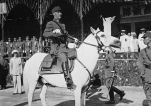 Nationalistledaren Chiang Kai-shek flydde till Taiwan och styrde ön med järnhand.