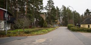 Området det handlar om ligger i Fredriksbergsvägens östra ände, nära Rapphönsvägen och Fasanvägen i Gammeltorp. Brokvarn ligger bakom träden.