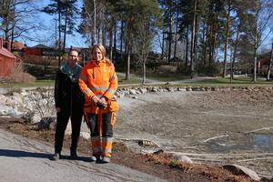 Stadsträdgårdmästare Kristina Sjöö och samordnare Miriam Holmberg var på plats vid Kumlasjön för att sätta igång vattnet.