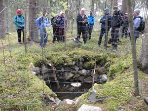 Vid källan nära Nämnsbo. Mats läser
