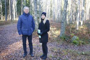 Mikael Bergvall, mark- och exploateringsingenjör, och Jasmina Trokic, planarkitekt, på skogsområdet som ska bebyggas med bostäder. Skogsstigen kommer att flyttas.
