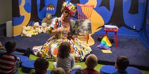 Förskolebarnen lyssnar koncentrerat och kommenterar hela tiden det som händer i boken.