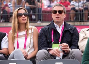 Anna Eberstein och Hugh Grant på tennismatch i Båstad 2015. Bild: Björn Larsson Rosvall/TT