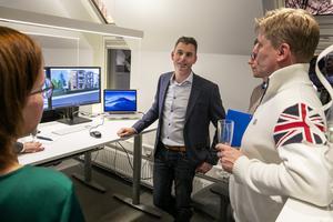 Arjan Bastiaans fick visa nya kontoret för många nyfikna under invigningen.