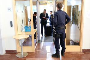 Falu tingsrätt fredagen den 6 september. Enligt åtalet har konflikter, pengar, narkotikamissbruk och narkotikaförsäljning, bland annat i Vansbro och Malung, haft stor betydelse för de dödande skotten.