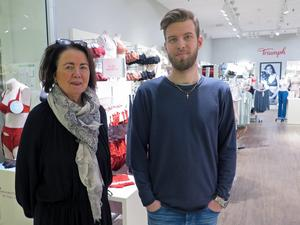 """Karin Lundberg och Viktor Kronhöffer tycker att det är trist att butiker stänger i gallerian. """"Färre butiker leder till att det blir mindre folk i gallerian"""", säger de."""