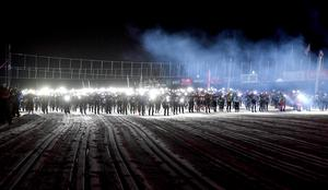 Pannlamporna tänds vid starten i Sälen, klockan 20 på fredagskvällen.