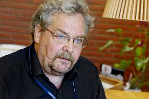 Alf Lundin (V) säger att kommunfullmäktiges ordförande stoppade möjligheten att rösta om arvodena.