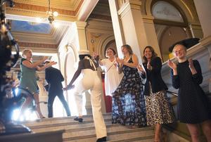 Alla lärare och mentorer välkomnar eleverna när de  kommer uppför trappen till studentlunchen i spegelsalen i Stadshuset.
