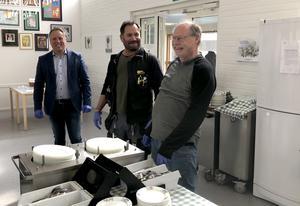 Från bostadsbolaget Tunabyggen komJörgen Olsson, vd, Ari Perdén, fastighetsvärd, och Kenneth Persson, styrelseordförande, för att hjälpa till i Forssaklackskolans matsal.Foto: Simon Berglund, Tunabyggen