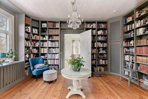 Nuvarande ägaren har inrett ett av rummen till bibliotek. Foto: Diakrit/Privatmäklaren