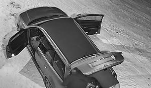 Natten till fredagen den 2 mars begicks ett inbrott på Abris Snö & Sjöservice i Leksand. Enligt polisen sätts den här bilen och dessa personer i samband med inbrottet. Polisen vill nu få in iakttagelser från allmänheten som rör inbrottet.  Foto: Polisen