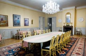 Per Bill har frågat om det går att sänka ljuskronan i den stora matsalen, för en mysigare känsla. Men fick nej – salen har också använts som balsal och då ska ljuskronan sitta högt upp i taket för att de dansande paren ska få plats.