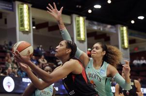 Zahui, till höger, vid ett tidigare tillfälle. På lördagen slog hon sitt egna poängrekord i WNBA.