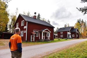 Under åren byggde Joonas Tenhunen upp verksamheten och startade även ett vandrarhem. I bild ser man Trollebo och Villa Noppikoski.