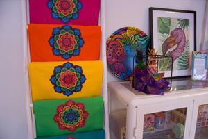 Vissa mönster har Dots'n'Bows anlitat designers för att ta fram, som Mandalamönstret till vänster  exempelvis. Mönstret är vanligt i Asien och har kopplingar till buddhismen. Företaget säljer även emaljmuggar och brickor i färgsprakande mönster.