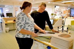 Marie Lidén och hennes kusin Johan Broberg, som bland annat sköter butiksinredningen, förbereder här inför 120-årsjubileet.
